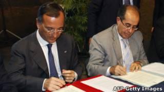 O ministro das Relações Exteriores da Itália, Líbia, e  o primeiro-ministro grupo anti-Khadafi Conselho Nacional de Transição Mahmud Jibril assinam acordo de cooperação, em Nápoles, no dia 17 de junho (AFP Getty Images)