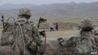 Soldados americanos em patrulha na província afegã de Khost, nesta quarta (AFP)