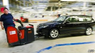 Рабочий на заводе Saab в Швеции