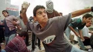 Jovem palestino atira pedras contra israelenses em 1998 (arquivo/AP)