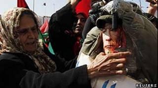 Mulher comemora o mandado de prisão contra Khadafi/Reuters