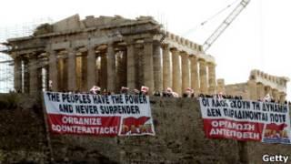 Manifestantes se preparam, na segunda-feira, para greve em Atenas (Getty)