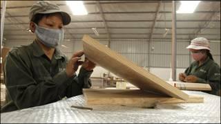 Công nhân tại một nhà máy đồ gỗ ở Hà Nội
