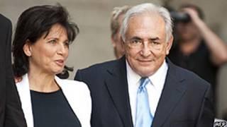 Strauss-Kahn e sua esposa, Anne Sinclair, deixam tribunal de NY (AFP)