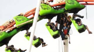 Pessoas presas em montanha russa do parque M&D's, na Escócia