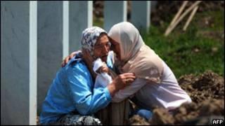 Mulheres choram em memorial às vítimas do massacre de Srebrenica, em 2010. Foto: AFP
