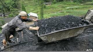 Mineiro trabalha em mina de carvão na China. Foto: AFP