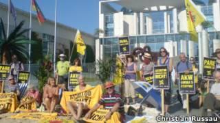 Ativistas protestam em frente à sede do governo alemão, em Berlin. German protestors demand Merkel cabinet to stop funding Angra 3 nuclear plant, in Brazil. Berlin.Christian Russau/Divulgação