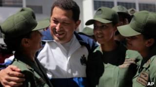 Chávez com militares em evento nesta quinta (AP)
