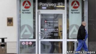 Homem deixa agência de empregos na cidade alemã de Neubrandenburg (AFP Getty Images)