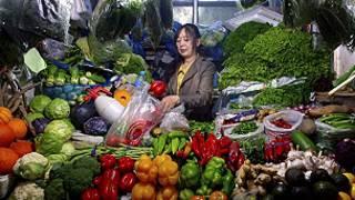 चीनी महिला बाज़ार में
