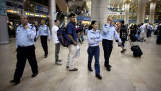 Policiais israelenses foram convocados para o Aeroporto Ben Gurion, em Tel Aviv, Israel,  antes da chegada de ativistas europeus (Getty Images)