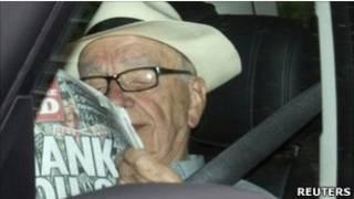 Magnata australiano Rupert Murdoch lê a última edição do jornal 'News of The World', em Londres (Reuters)