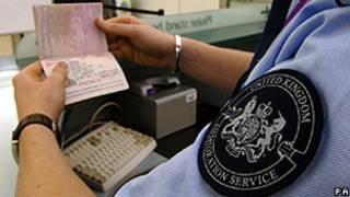 Oficial da imigração examina passaporte no aeroporto de Heathrow (arquivo/PA)