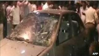 Carro explode na região de Dadar, no centro de Mumbai. Foto: AFP