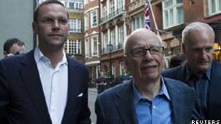 James e Rupert Murdoch em Londres (Reuters)