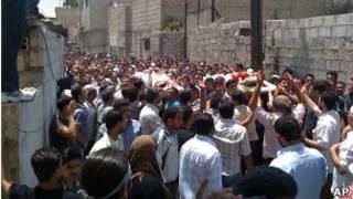 Em foto de autenticidade não verificada, participantes de funeral protestam na cidade síria de Kaboun. Foto: AP