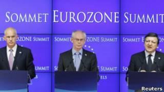 O premiê grego, George Papandreou (esq), com os líderes europeus Herman Van Rompuy e José Manuel Barroso (Reuters)