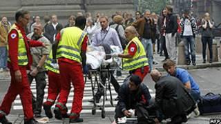 Equipes de emergência socorrem feridos em Oslo (AFP/Getty)