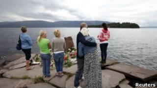 Норвежцы поминают погибших на острове Утойя