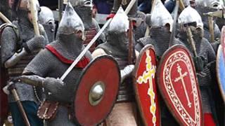 Мужчины в рыцарских доспехах