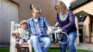 Matthew Green (centro), com sua família e o motor portátil de seu coração artificial (PA)