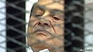 Hosni Mubarak aryame ku gitanda c'abarwayi mu kumba yumviramwo urubanza