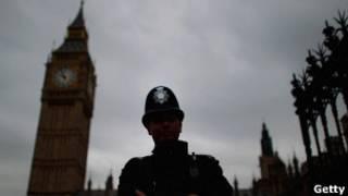 Полицейский охраняет здание парламента в Лондоне (20 июля)