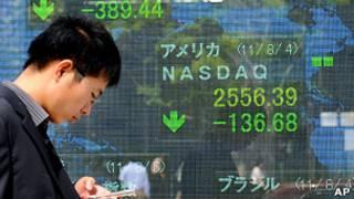 Investidor observa números do mercado. Foto: AP