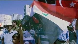 Người biểu tình chống Tổng thống al-Assad với cờ Thổ Nhĩ Kỳ và Syria ở Ankara
