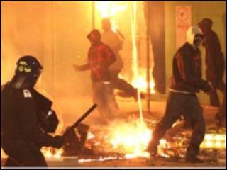 警方应对骚乱