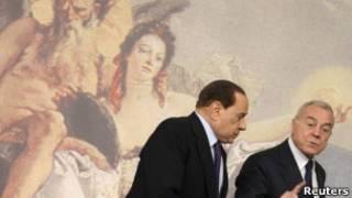 Berlusconi (esq.) com seu secretário Gianni Letta, após coletiva na sexta (Reuters)