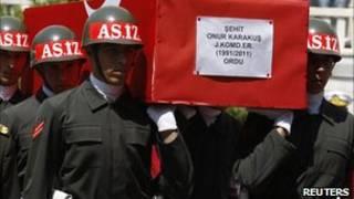 Турецкие солдаты хоронят своих товарищей, убитых боевиками