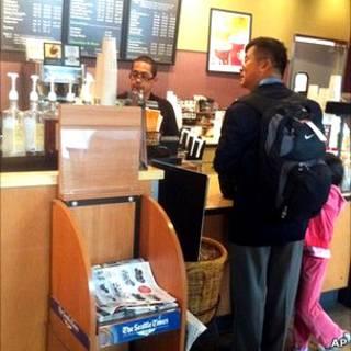 Bức hình ông Locke mua cà phê