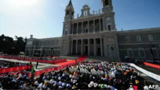 католики у собора Св.Амульдены в Мадриде
