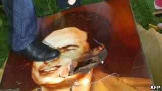Портрет Каддафи топчут ногами