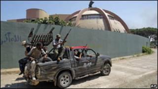 Rebeldes dentro do quartel-general de Khadafi em Trípoli