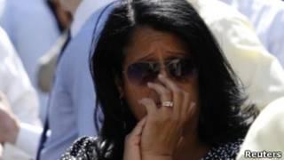 Mulher reage a terremoto, em Nova York. Reuters
