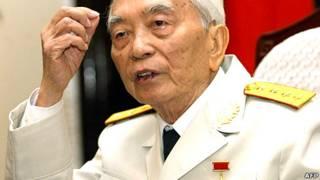 Tướng Giáp tại một họp báo ở Hà Nội hôm 30/4 năm 2004
