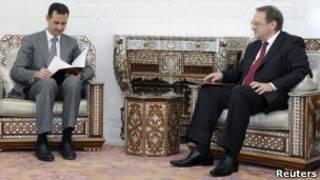 Президент Сирии Башар Асад читает личное послание президента России Дмитрия Медведева 29 августа 2011 г.