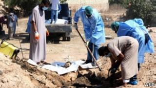 Раскопки на месте братской могилы