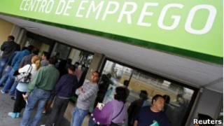 Fila em agência de empregos em Portugal, um dos países afetados pela crise (Reuters)