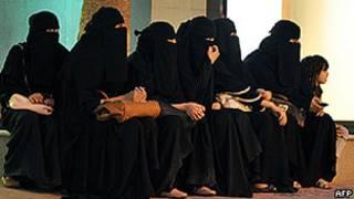 Mulheres sauditas aguardam motoristas em saída de shopping de Riad (AFP)