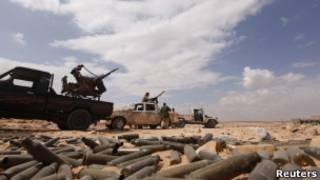 Veículo militar próximo a Sirte. Reuters