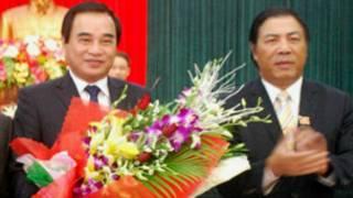 Ông Văn Hữu Chiến (bên trái) đứng cạnh Bí thư Nguyễn Bá Thanh