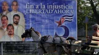 """Cartel que pide la libertad para """"los cinco"""" en Cuba."""