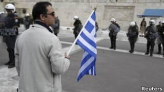 Manifestante grego durante protesto em Atenas contra medidas de austeridade (Reuters)