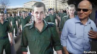 Noam Shalit em protesto pela libertação do filho. Reuters