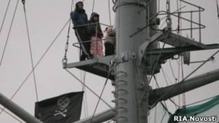 """Пиратский флаг нажд крейсером """"Аврора"""""""