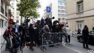 Журналисты у парижской клиники